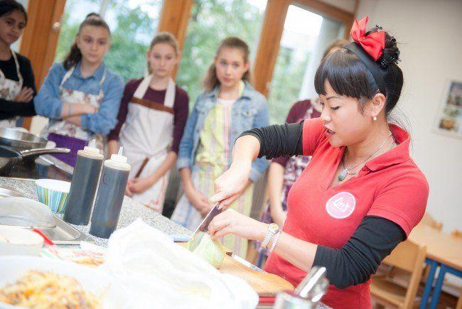 Katharina Lin von Lin's Asia Küche zeigte den Mädchen der 4b Klasse wie man Frühlingsrollen zubereitet.