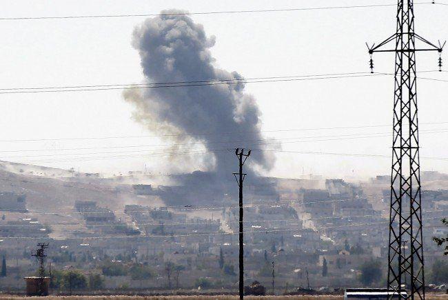 Über Kobane steigen Flammen auf