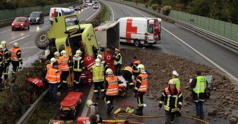 Reifenplatzer lässt Lkw kippen - A14 blieb stundenlang gesperrt