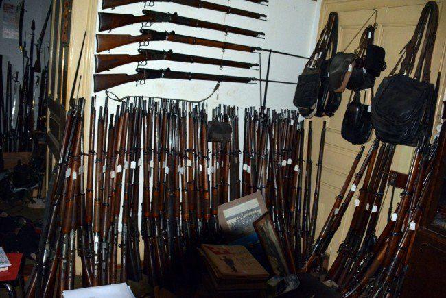 Schweizer Polizei stellt in Unterseen ehr als 2400 Waffen und 53 Kisten Munition sicher.