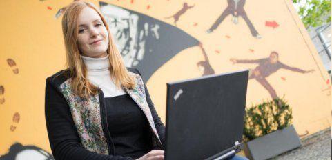 Jugendliche holen Infos über Lehrstellen aus dem Internet