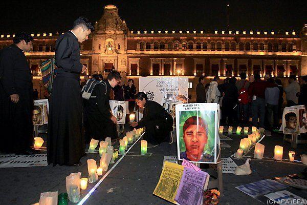 Nachtwache für die vermissten Studenten