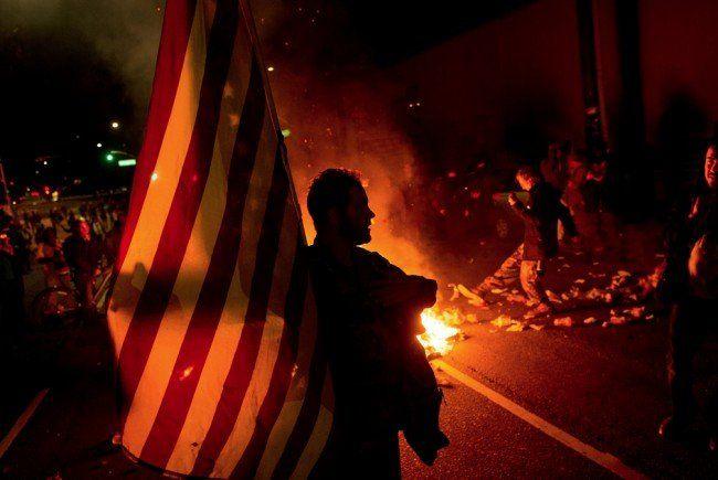 Gewalttätige Proteste erschüttern Ferguson und viele andere Teile der USA.