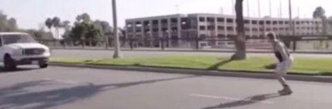 Nicht nachmachen! Dieser verrückte Typ springt gleich über ein fahrendes Auto