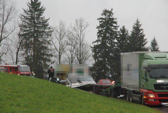 Für den Lenker des entgegenkommenden Lkw kam jede Hilfe zu spät.
