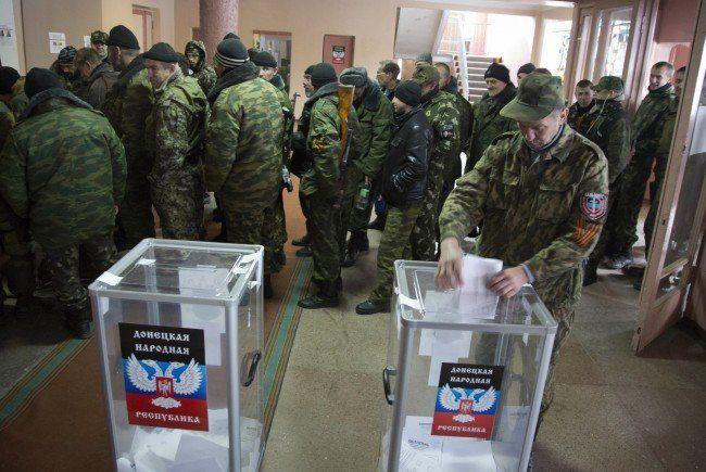Pro-russische Rebellen beim Urnengang in Donezk.