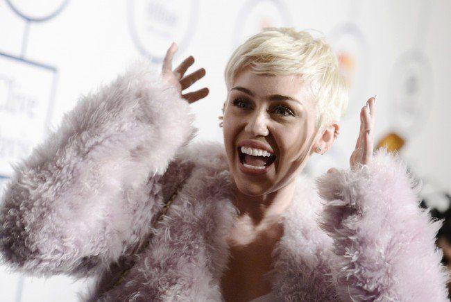 Miley Cyrus zeigt sich oben ohne im Netz - und das aus gutem Grund.