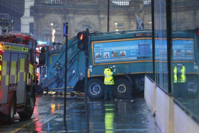 Müllauto fuhr in Schottland in Gruppe von Fußgängern - sechs Tote.