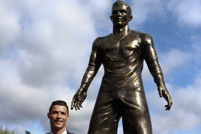 Christiano Ronaldo scheint mit seiner neuen Statue sehr zufrieden zu sein.
