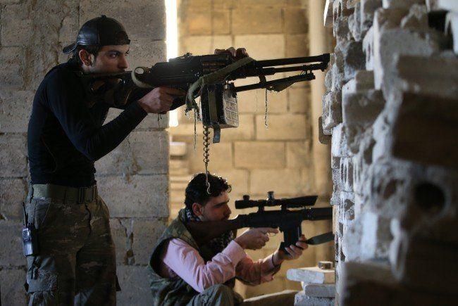 Schwere Kämpfe zwischen al-Nusra-Front und Armee in Syrien fordern etliche Tote.