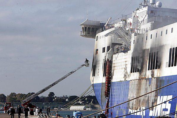 Die ausgebrannte Färhe im Hafen von Brindisi