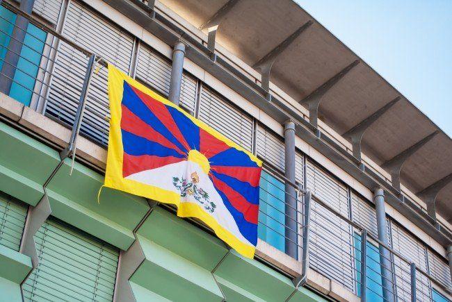 Die tibetische Flagge am Harder Rathaus. (Bild: Leserreporterin D. Stankovic)
