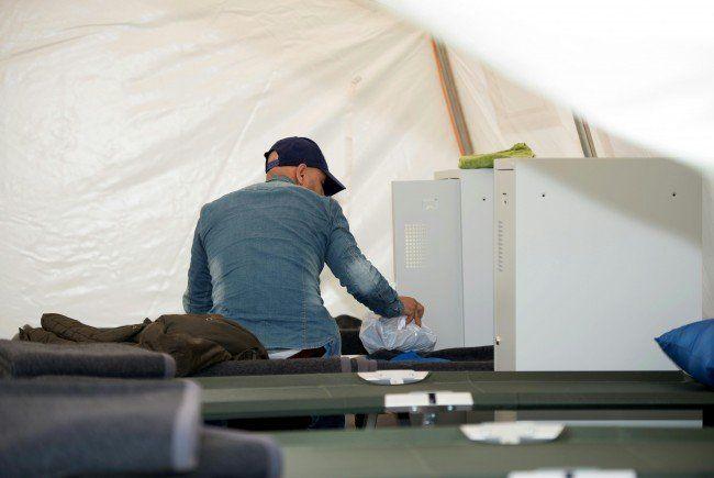 Während Flüchtlinge in Zelten untergebracht werden, diskutiert man immer wieder die Kosten ihrer Unterbringung.