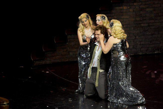 Regisseur Stefan Herheim fordert von der Bühne so viel, dass die Treppe versagte.
