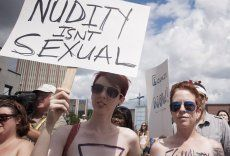 Hunderte Frauen bei Oben-Ohne-Demo