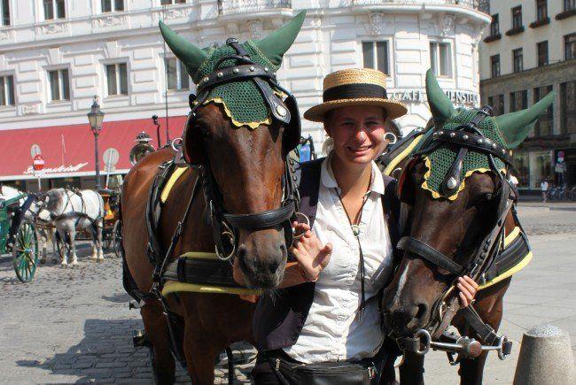 Fiakerin Katharina Fiedler mit ihren Pferden am Michaelerplatz.
