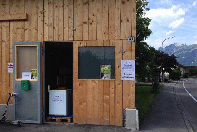 Entlang der Rheinstraße ist bereits erster frisch gepresster Apfelsüßmost erhältlich.