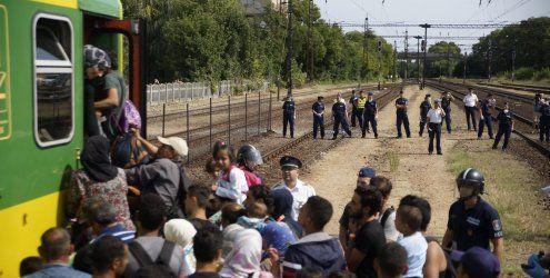 Ungarns Polizei holt Flüchtlinge aus Zug - Prügel für Journalisten