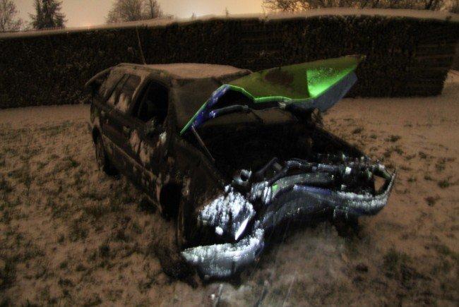 Das Fahrzeug kam nur wenige Meter vor einer Holzbiege zum Liegen.