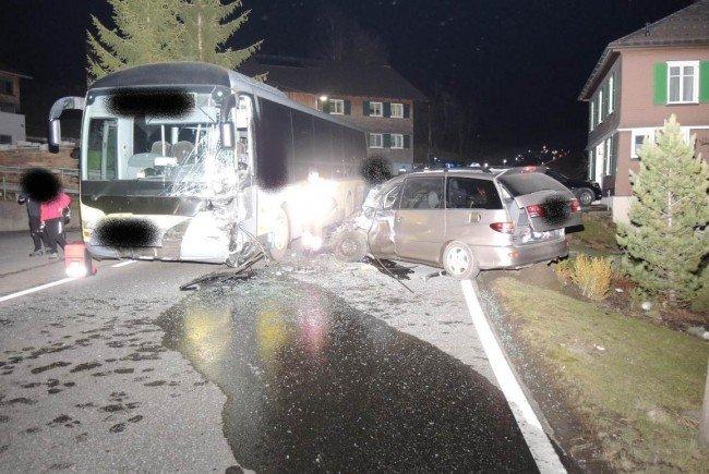 Deutscher prallte in Lingenau frontal gegen Linienbus – schwer verletzt