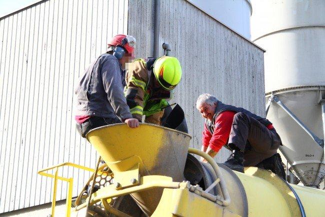 Der Mann musste aus dem Trichter des Betonmischwagens befreit werden.