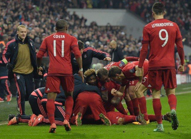 Bayern jubelt über den Sieg nach Verlängerung gegen Juventus.