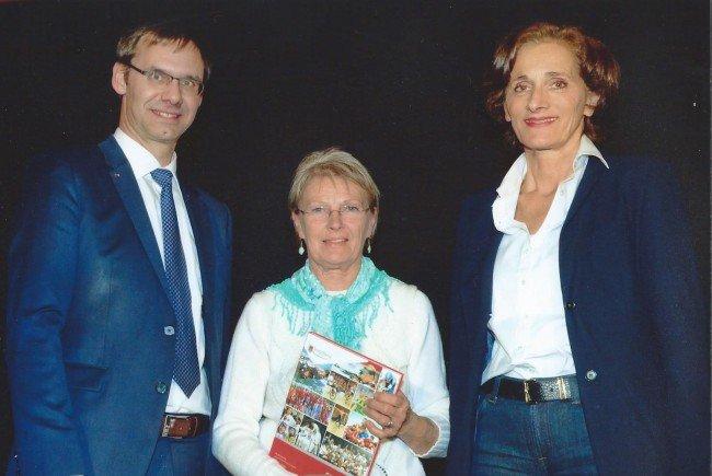 LH Walnner und LR Mennel gratulieren Jacqueline Wladika