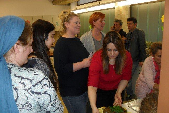 Hülya Arslan beim Anrichten der Speisen