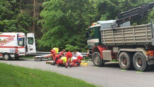 Fahrradfahrer rutscht in Lkw – Feldkircher (35) schwer verletzt
