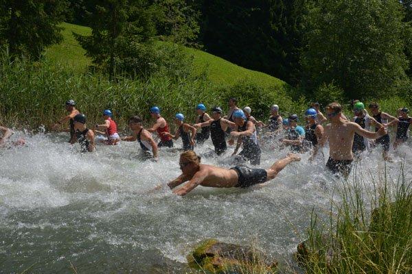 Die Teilnehmer schwimmen durch den Bergsee Seewaldsee.