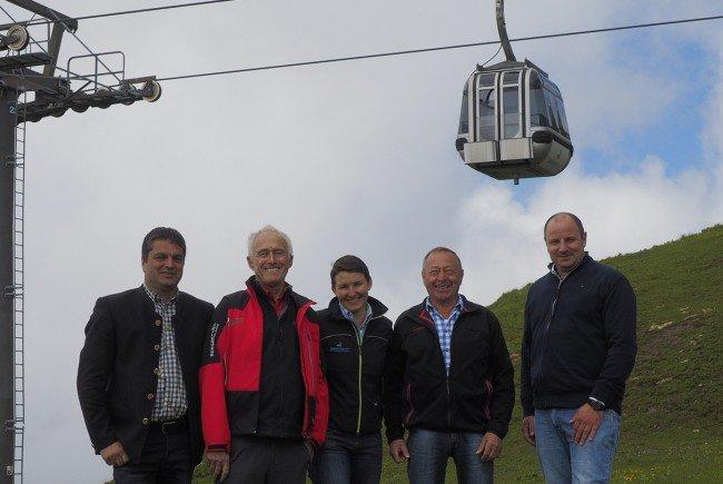 V.l.n.r.: Andreas Simma (Bürgermeister Au), Zeitzeuge Wilfried Ritter, Magdalena Winkler (Marketing Bergbahnen Diedamskopf), Zeitzeuge Leonhard Rüf, Matthias Schmid (Geschäftsführer Bergbahnen Diedamskopf).