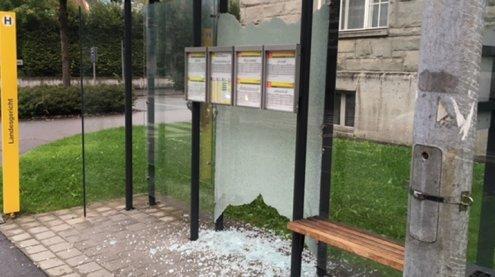 Vandalen verwüsten mehrere Bushaltestellen in Feldkirch