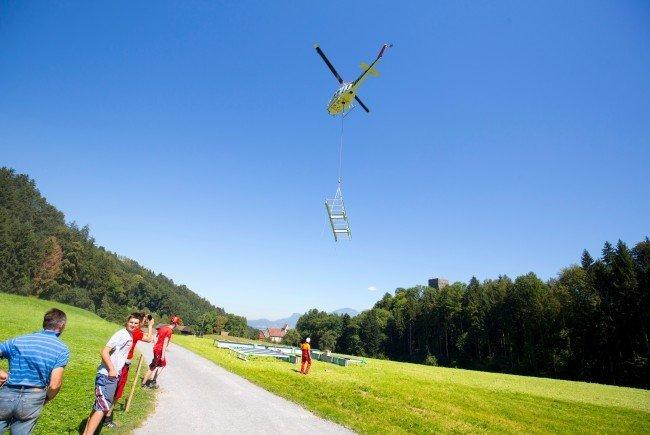 Vier Stahlgerüstteile wurden von einer Wiese aus direkt auf den Bergfried geflogen.