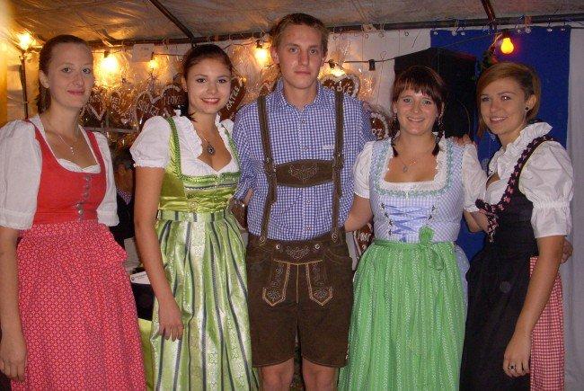 Oktoberfest-Fans: Antonia, Lena, Patrick, Marlene und Vroni.