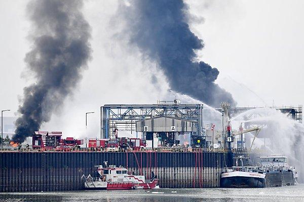 Schwarze Rauchsäule über dem BASF-Werk