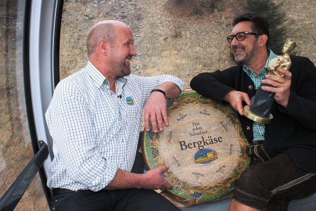 """In der 20. Sendung """"us dr Gondl"""" begrüßt Andreas Seeburger den Obmann der Sennerei Schnifis und plaudert mit ihm während einer Fahrt auf den Muttersberg"""