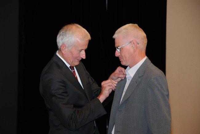 Bürgermeister Wilfried Berchtold ehrte das langjährige Vereinsmitglied des KPF Eugen Scherrer mit dem silbernen Verdienstzeichen.
