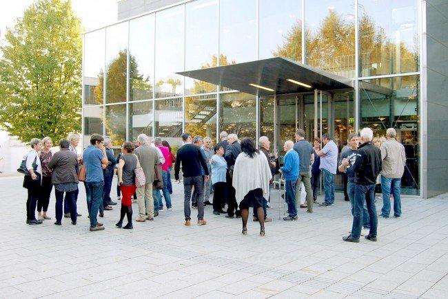 180 ehemalige Bewohnerinnen und Beqwohner des Vorarlberger Kinderofs trafen sich zum Austausch im Wolfurter Cubus.