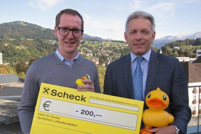 """Martin Dechant nahm die Spende für den Verein """"Netz für Kinder"""" von Udo Reiner/Marketing Raiffeisenbank Im Rheintal entgegen."""