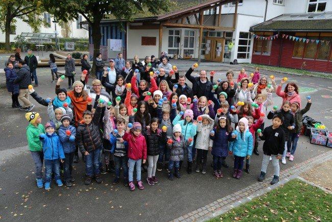DIe 70 Schüler der Volksschule Rankweil-Brederis freuen sich über ihren neuen Pausenhof.