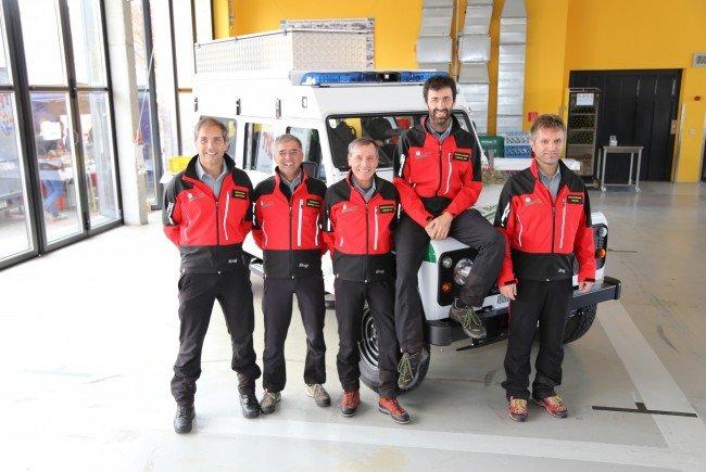 """Die Bergretter freuen sich über ihren neuen """"Dienstwagen""""."""