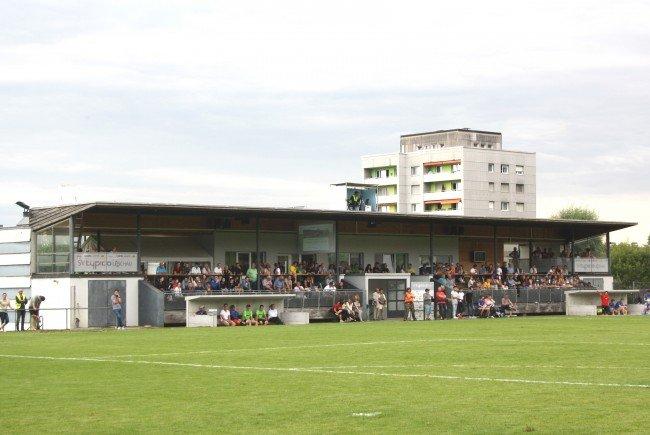 Ein volles Haus und beste Fußballstimmung: Besuchen Sie das Heimspiel SV Typico Lochau gegen BW Feldkirch im attraktiven Stadion am Hoferfeld.