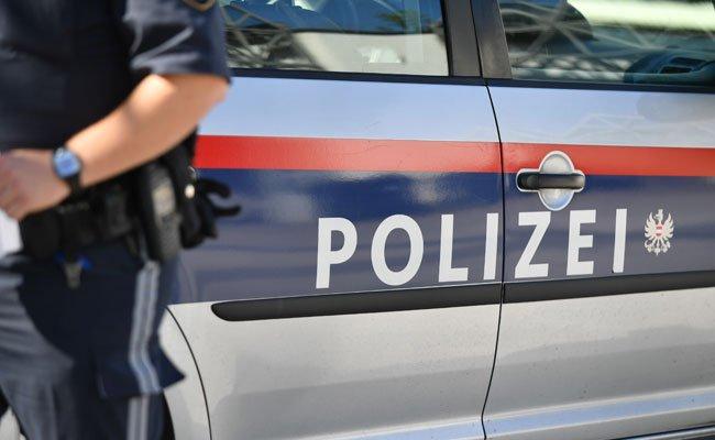Die Polizisten erschossen den Angreifer, als er mit einem Messer auf sie losging.