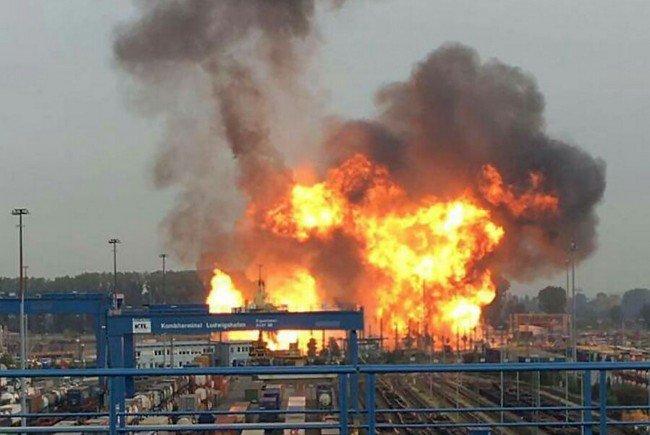 Nach einer Explosion brennt es am 17.10.2016 auf dem Gelände des Chemiekonzerns BASF in Ludwigshafen.