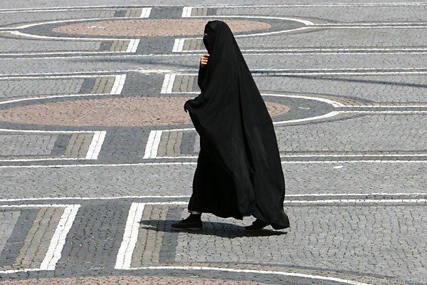 Keine Burka etwa in öffentlichen Gebäuden oder Nahverkehr