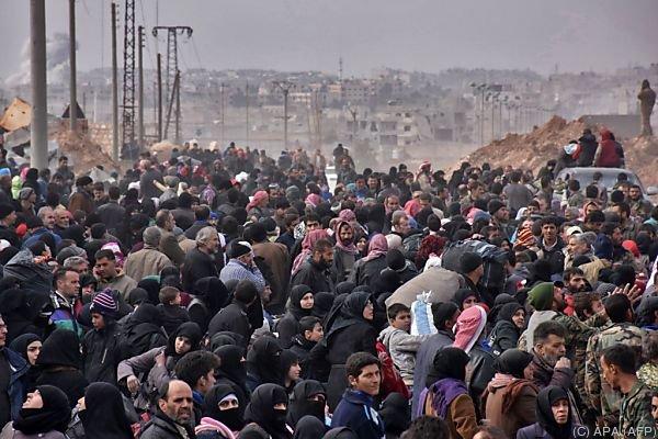 Menschen flüchten aus der umkämpften Stadt