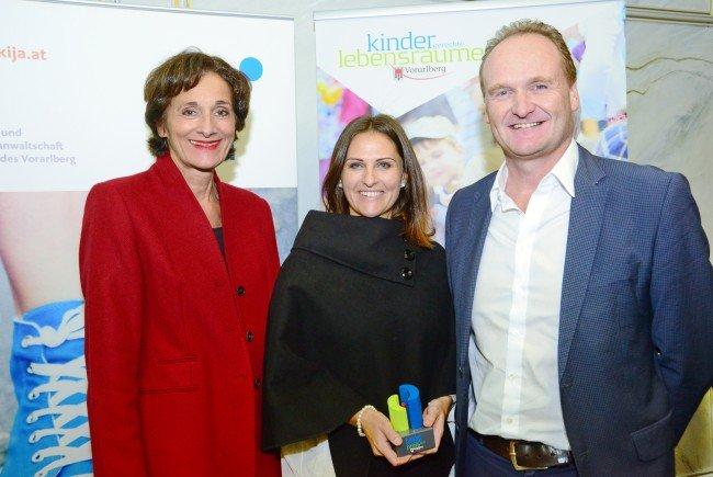 LR Bernadette Mennel bei der Überreichung der Trophäe an Organisationsteam-Mitglied Marita Giselbrecht und Bgm. Guido Flatz.