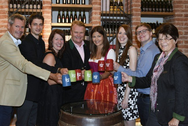 """Das Restaurant Fuxbau um Tanja Gohrke (3.v.l.) sicherte sich den Titel """"Bierwirt des Jahres""""."""