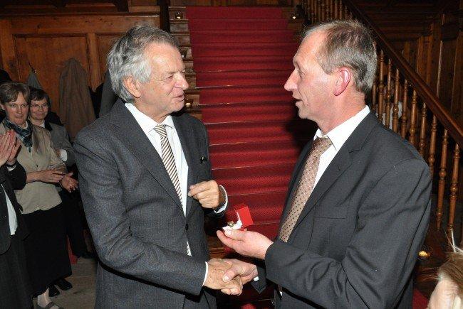 Bgm. Walter Beer überreicht Dr. Jos Wüstner den Ehrenring der Gemeinde Schoppernau