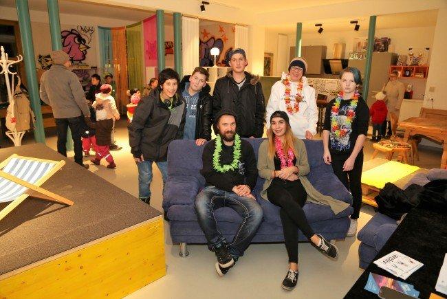 Jugendliche und die OJA-Mitarbeiter Peter Ionian und Anja Matt sind begeistert vom Umbau des Jugendtreffs.